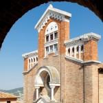 Scorcio facciata chiesa da sotto la volta